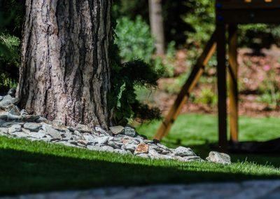 Egyszerű díszítő elemek a kertben: a kövek